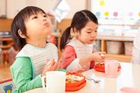給食を食べる男の子と女の子