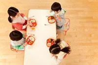 給食を食べる子供4人 11014028274| 写真素材・ストックフォト・画像・イラスト素材|アマナイメージズ