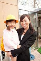 子供を抱いた母親 11014028278| 写真素材・ストックフォト・画像・イラスト素材|アマナイメージズ