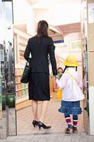 保育所の玄関に立つ母親と子供 11014028280| 写真素材・ストックフォト・画像・イラスト素材|アマナイメージズ