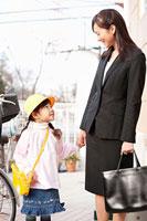 手を繋いで歩く母親と子供 11014028281| 写真素材・ストックフォト・画像・イラスト素材|アマナイメージズ
