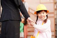 保育所の玄関に立つ母親と子供 11014028283| 写真素材・ストックフォト・画像・イラスト素材|アマナイメージズ