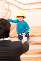 保育所の玄関で子供を迎える父親 11014028285| 写真素材・ストックフォト・画像・イラスト素材|アマナイメージズ