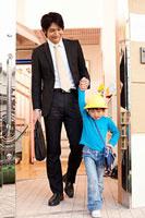 手を繋いで歩く父親と子供 11014028286| 写真素材・ストックフォト・画像・イラスト素材|アマナイメージズ
