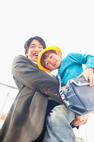男の子を抱いた父親 11014028288| 写真素材・ストックフォト・画像・イラスト素材|アマナイメージズ