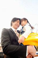 女の子を抱いた父親 11014028289| 写真素材・ストックフォト・画像・イラスト素材|アマナイメージズ