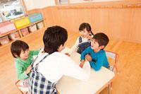 保育所で遊ぶ子供3人と保育士 11014028297| 写真素材・ストックフォト・画像・イラスト素材|アマナイメージズ