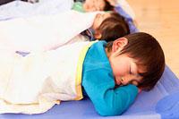 保育所で昼寝をする子供3人 11014028299| 写真素材・ストックフォト・画像・イラスト素材|アマナイメージズ