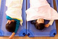 保育所で昼寝をする子供2人 11014028300| 写真素材・ストックフォト・画像・イラスト素材|アマナイメージズ