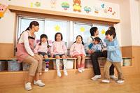 教室で遊ぶ幼稚園児と幼稚園教諭 11014028304| 写真素材・ストックフォト・画像・イラスト素材|アマナイメージズ