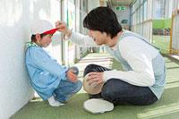 男の子に話しかける幼稚園教諭 11014028320| 写真素材・ストックフォト・画像・イラスト素材|アマナイメージズ
