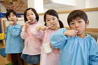 並んで歯を磨く幼稚園児4人 11014028321| 写真素材・ストックフォト・画像・イラスト素材|アマナイメージズ