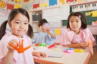 折り鶴を手に持つ女の子 11014028332| 写真素材・ストックフォト・画像・イラスト素材|アマナイメージズ