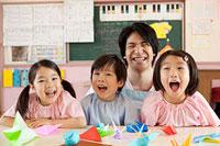 子供3人と幼稚園教諭の笑顔 11014028334| 写真素材・ストックフォト・画像・イラスト素材|アマナイメージズ