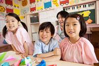 子供3人と幼稚園教諭の笑顔 11014028335| 写真素材・ストックフォト・画像・イラスト素材|アマナイメージズ
