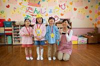 お誕生日会を行う幼稚園児と幼稚園教諭 11014028373| 写真素材・ストックフォト・画像・イラスト素材|アマナイメージズ