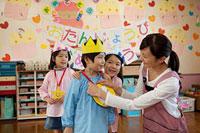 お誕生日会を行う幼稚園児と幼稚園教諭 11014028374| 写真素材・ストックフォト・画像・イラスト素材|アマナイメージズ