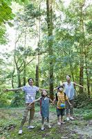 森林浴をする親子4人