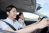 車を運転する男性と助手席の女性 11014028423| 写真素材・ストックフォト・画像・イラスト素材|アマナイメージズ