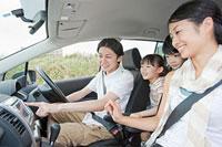 車の中でカーナビを見る家族4人 11014028427| 写真素材・ストックフォト・画像・イラスト素材|アマナイメージズ