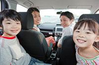 ドライブを楽しむ家族4人 11014028429| 写真素材・ストックフォト・画像・イラスト素材|アマナイメージズ