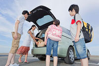 車のバックドアを開ける家族4人