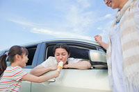 父親にソフトクリームを食べさせる女の子 11014028456| 写真素材・ストックフォト・画像・イラスト素材|アマナイメージズ