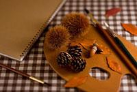 栗と落ち葉とパレットと筆