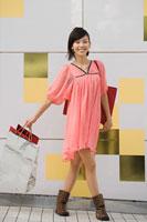A woman holding shopping bags 11015175215| 写真素材・ストックフォト・画像・イラスト素材|アマナイメージズ