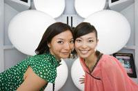 Friends in a photo booth 11015175219| 写真素材・ストックフォト・画像・イラスト素材|アマナイメージズ