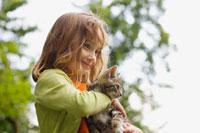 A girl holding a kitten 11015186646| 写真素材・ストックフォト・画像・イラスト素材|アマナイメージズ