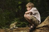 Boy looking at toad 11015187727| 写真素材・ストックフォト・画像・イラスト素材|アマナイメージズ