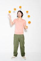 Man juggling oranges