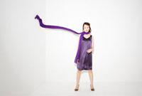 Woman with scarf in mid air 11015192054| 写真素材・ストックフォト・画像・イラスト素材|アマナイメージズ