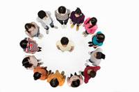 Man in circle of people 11015192736| 写真素材・ストックフォト・画像・イラスト素材|アマナイメージズ