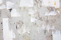 Torn paper on a wall 11015192994  写真素材・ストックフォト・画像・イラスト素材 アマナイメージズ