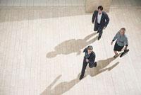 Businesspeople running in lobby 11015196389| 写真素材・ストックフォト・画像・イラスト素材|アマナイメージズ