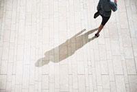 Businesswoman running in lobby 11015196397| 写真素材・ストックフォト・画像・イラスト素材|アマナイメージズ