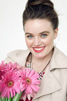 Young woman with gerbera flowers 11015197938| 写真素材・ストックフォト・画像・イラスト素材|アマナイメージズ