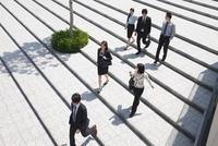 Businesspeople on steps, high angle 11015203910| 写真素材・ストックフォト・画像・イラスト素材|アマナイメージズ