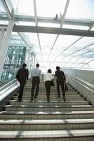Four businesspeople on steps 11015203912| 写真素材・ストックフォト・画像・イラスト素材|アマナイメージズ
