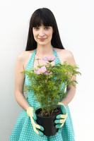 Woman holding plant 11015212254| 写真素材・ストックフォト・画像・イラスト素材|アマナイメージズ