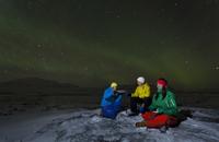 Hikers relaxing under aurora borealis 11015224646| 写真素材・ストックフォト・画像・イラスト素材|アマナイメージズ