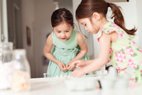 Two young sisters making pastry 11015226688| 写真素材・ストックフォト・画像・イラスト素材|アマナイメージズ