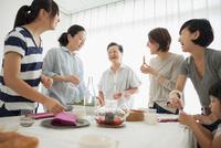 Three generation family laughing at mealtime 11015227297| 写真素材・ストックフォト・画像・イラスト素材|アマナイメージズ