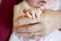 Baby girl holding senior woman's hand, close up 11015227327| 写真素材・ストックフォト・画像・イラスト素材|アマナイメージズ