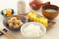 Still life of japanese dumplings, omelette and soup 11015227389| 写真素材・ストックフォト・画像・イラスト素材|アマナイメージズ