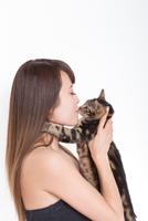 Portrait of woman kissing tabby cat 11015227496  写真素材・ストックフォト・画像・イラスト素材 アマナイメージズ