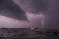 View of storm and lightning on Lake Starnberg, Bavaria, Germany 11015238399| 写真素材・ストックフォト・画像・イラスト素材|アマナイメージズ