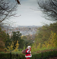 Santa Claus carrying sack over shoulder 11015238814| 写真素材・ストックフォト・画像・イラスト素材|アマナイメージズ